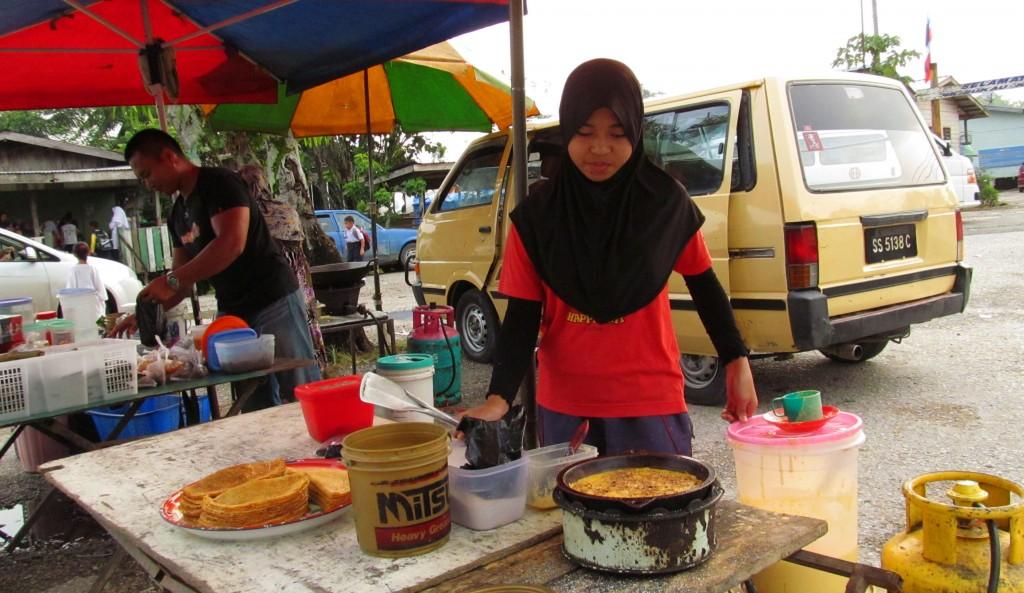 7a. Cô bé còn rất nhỏ nhưng giỏi giang tự làm bánh bán trong chợ phiên buổi sáng Sukau.