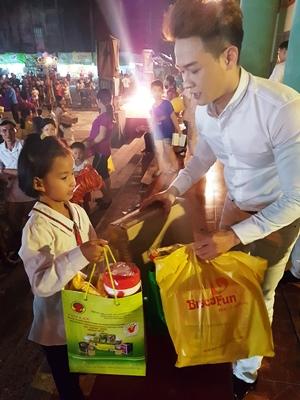 Nhóm Titikids phụ giúp Ban tổ chức phát quà cho các em học sinh nghèo