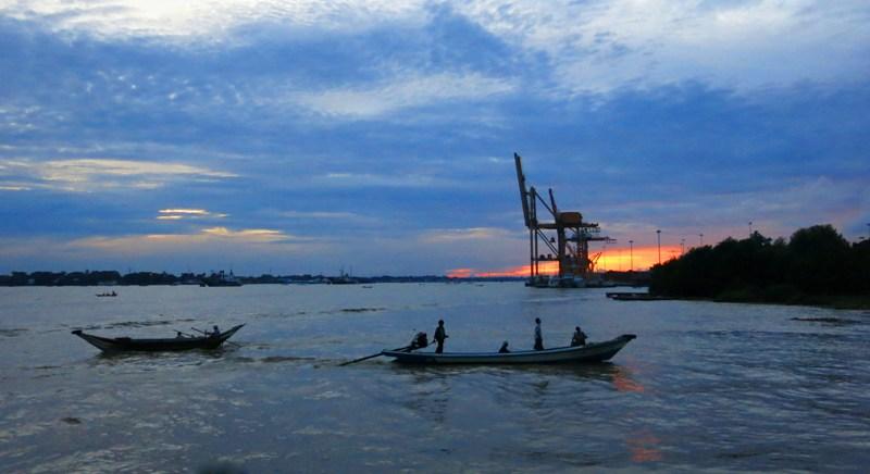 3b. Bến tàu Botataung một hoàng hôn chấm phá mấy con đò trên dòng Yangon yên ả.
