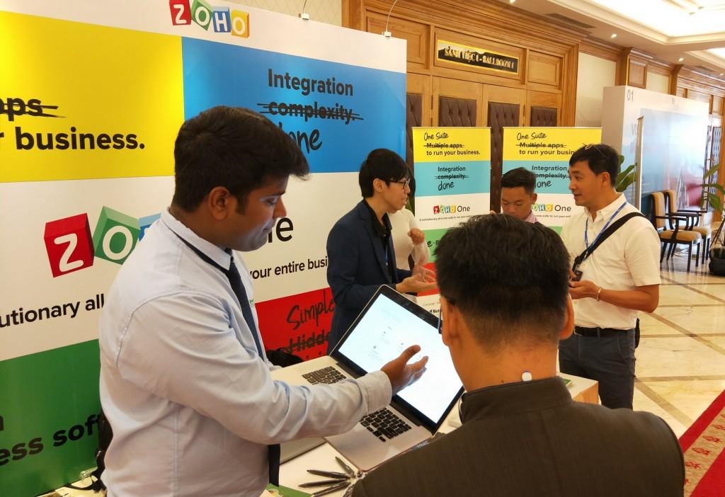 nhân viên của Zoho Corporation tiếp thị sản phẩm với khách hàng tham dự