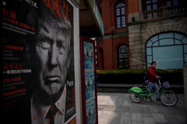 Poster Tổng thống Hoa Kỳ Trump được trưng bày tại một cửa hàng báo ở Thượng Hải, Trung Quốc