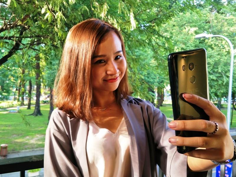 smartphone luon luon nong vi khach hang tre-1