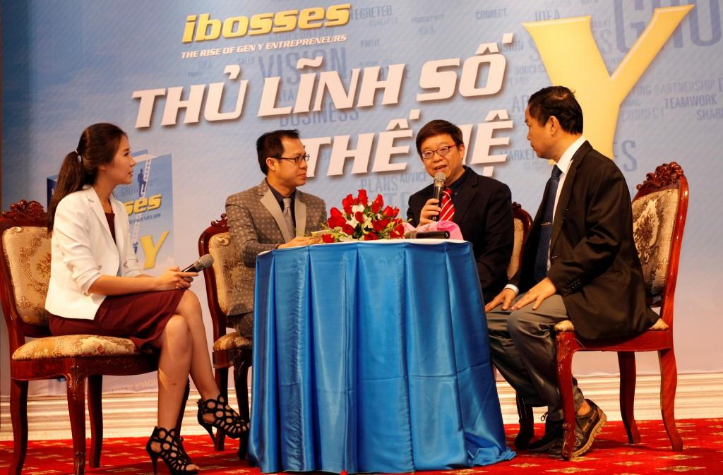 """Tiến sĩ Patrick Khor (thứ hai từ phải sang) đang chia sẻ những thông tin từ quyền sách """"Ibosses – Thủ lĩnh số thế hệ Y"""""""