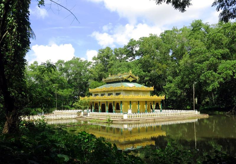 3a. Ôm ấp bởi vườn xanh, hồ xanh, ngôi chùa càng biên biếc xanh.