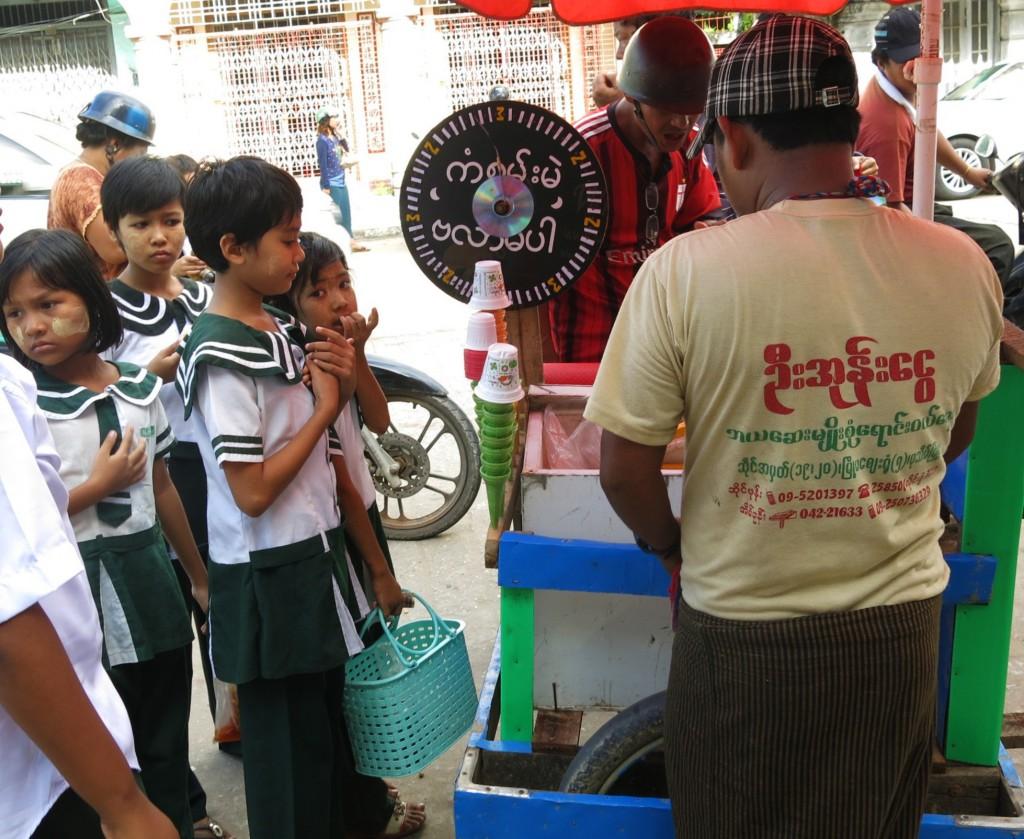4a. Lũ trẻ tan học quây quần bên xe kem - cũng vương vướng sắc xanh Pathein.