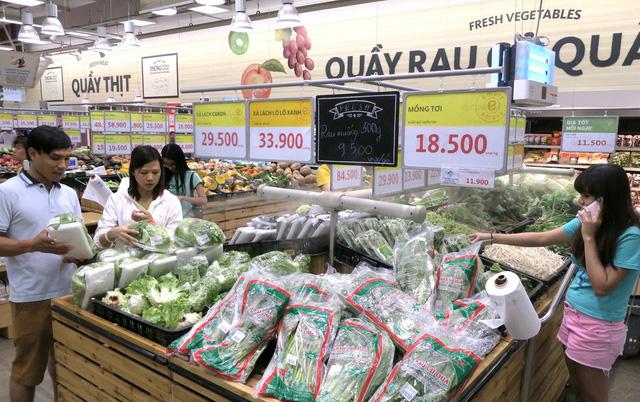 Nguời mua chọn rau củ quả có nguồn gốc xuất xứ, theo tiêu chuẩn VietGap tại siêu thị ở TP.HCM   Ảnh: T.T.D.