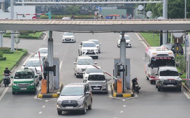 Trạm thu phí cảng hàng không sân bay Tân Sơn Nhất, TP.HCM vẫn đang tiếp tục hoạt động (ảnh chụp chiều 22-1) - Ảnh: QUANG ĐỊNH