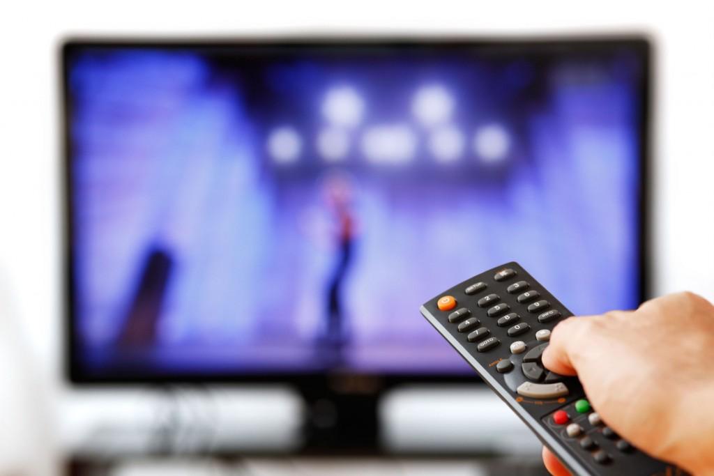 """Bỏ ra nhiều giờ để xem một bộ phim hấp dẫn trên TV là thú vui của nhiều người, nhưng hãy cẩn thận vì điều này sẽ làm tăng nguy cơ hình thành cục máu đông trong tĩnh mạch, tình trạng có tên chuyên môn là """"thuyên tắc tĩnh mạch"""" (VTE)."""