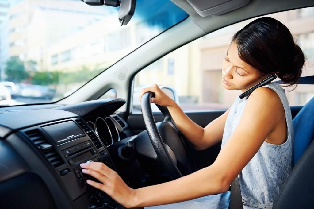 Dù nói chuyện điện thoại hay nói với người ngồi bên cạnh, hành vi này cũng dễ tạo ra sự mất tập trung cho người lái xe và nhiều nguy cơ dẫn đến đụng xe.