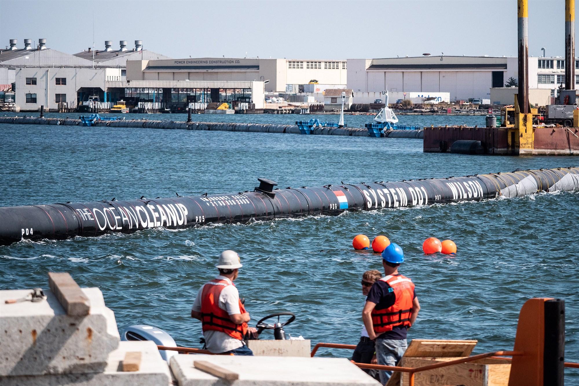 Hệ thống Ocean Cleanup 001 thu gom rác nhựa nổi bềnh bồng trong vịnh phía trước bãi lắp ráp ở Alameda, California hôm 28/8, 2018. Ảnh: TL