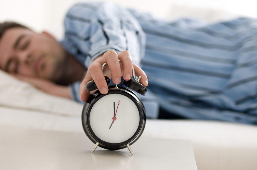 Số giờ ngủ mỗi tối thất thường có thể khiến người ta tăng nguy cơ mắc các bệnh rối loạn chuyển hóa như tăng đường máu, béo phì, cao huyết áp, một nghiên cứu của Anh kết luận như thế.